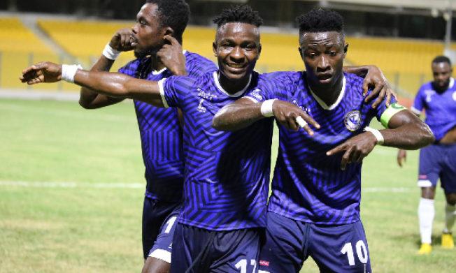 Emmanuel Clottey battles Yahaya Mohammed in Bono derby